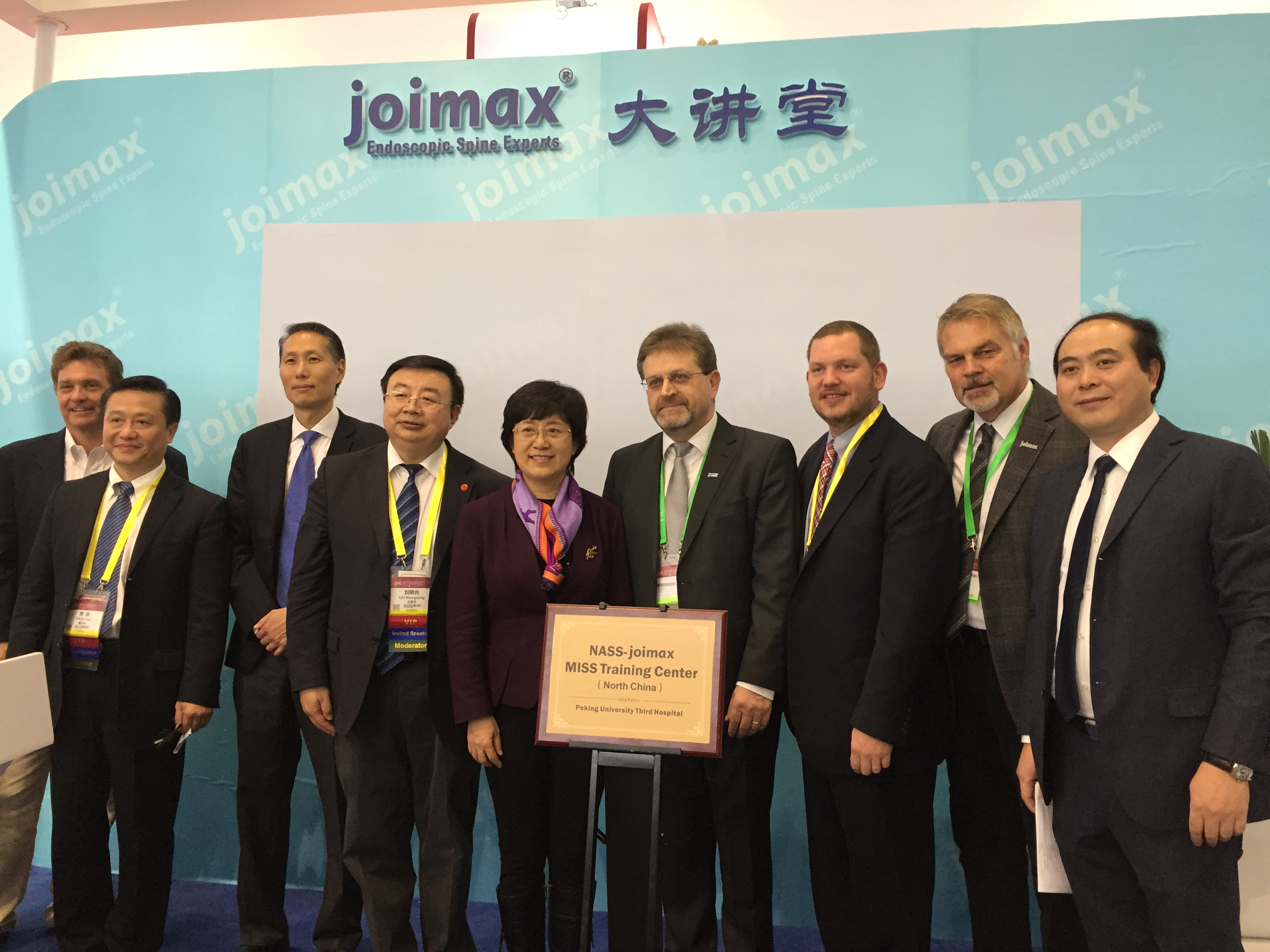 From left to right: Edward Dohring, MD, NASS Board of Directors; Prof. Yue Zhou, Xinqiao Hospital, Chairman of Chinese Society for MISS and joimax® faculty; Jeffrey C. Wang, MD, NASS Board of Directors; Prof. Xiaoguang Liu, Vice President Peking University Third Hospital; Prof. Jie Qiao, President Peking University Third Hospital; Wolfgang Ries, CEO & founder joimax® GmbH; Brad Repsold, NASS Assoc. Executive Director; Michael Roberz, International Sales Director joimax® GmbH; Qinguang You, General Manager joimax® China.